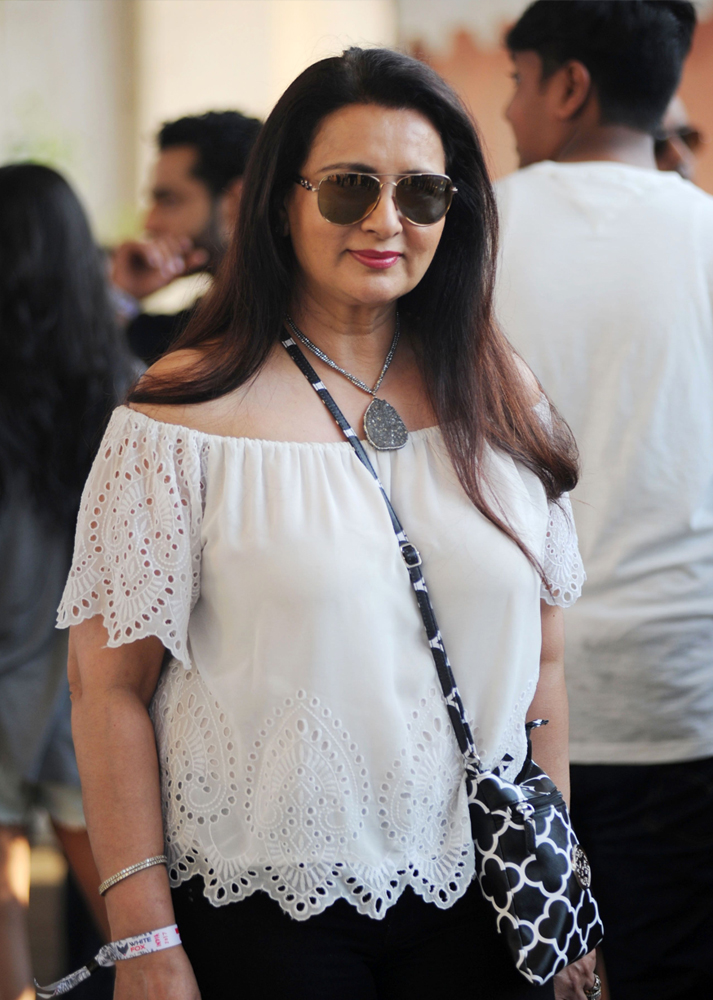 Indian Bollywood actress Poonam Dhillon arrives to attend a concert performance by Canada´s Justin Bieber at The D.Y. Patil Stadium in Navi Mumbai on May 10, 2017. / AFP / Sujit JAISWAL