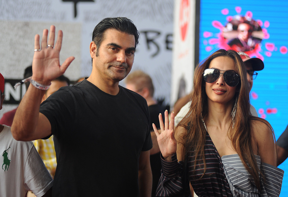 Indian Bollywood actor Arbaaz Khan (L) and actress Malaika Arora Khan arrive to attend a concert performance by Canada´s Justin Bieber at The D.Y. Patil Stadium in Navi Mumbai on May 10, 2017. / AFP / Sujit JAISWAL
