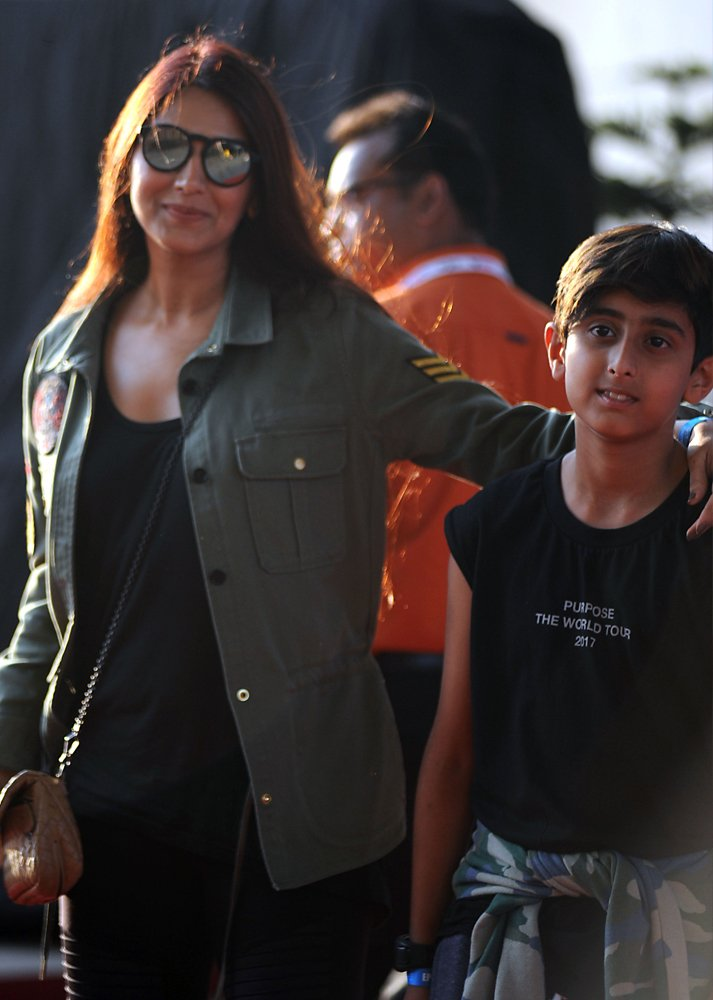 Indian Bollywood actress Sonali Bendre arrives to attend a concert performance by Canada´s Justin Bieber at The D.Y. Patil Stadium in Navi Mumbai on May 10, 2017. / AFP / Sujit JAISWAL