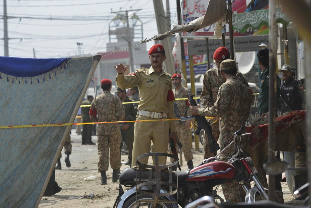 Pakistani security officials cordon off the scene of a suicide bomb attack on a census team in Lahore on April 5, 2017/AFP/ARIF ALI