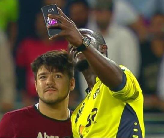 Sammy proved to be a good sport when he took a selfie with a fan who ran on to the pitch before the last delivery to Karachi Kings