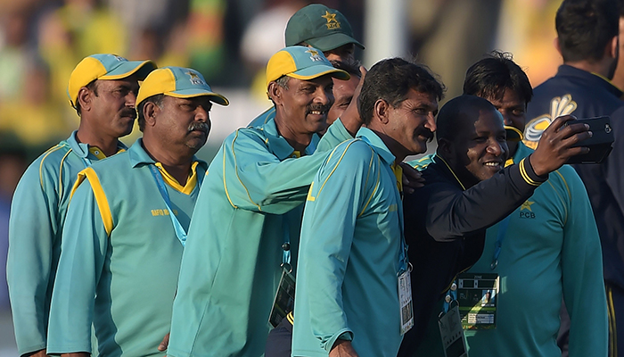 Sammy shows the ground staff at Gaddafi Stadium, how to take the perfect selfie.