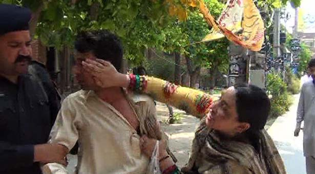 Man beaten by first wife outside gujranwala court for Roohi bano husband name