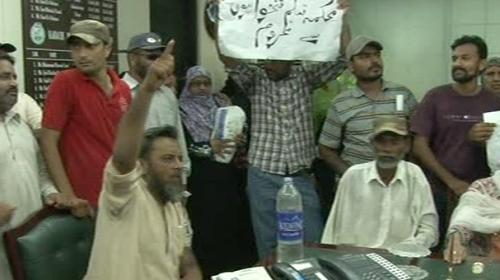 Protestors Demanding Salaries Barge Into Kmc Administrator S Office Pakistan