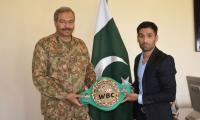 Boxer Mohammad Waseem meets Lt. Gen Aamer Riaz in Quetta
