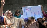Kashmiri women offer bangles to UN's Ban over inaction