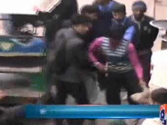 Special Report - Police officer suspended for torturing rickshaw driver in Gujranwala 24-January-2017