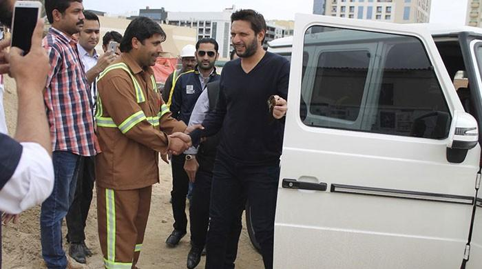 Afridi enjoys lunch with labourers in Dubai