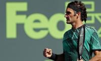 Federer rolls on with win over del Potro