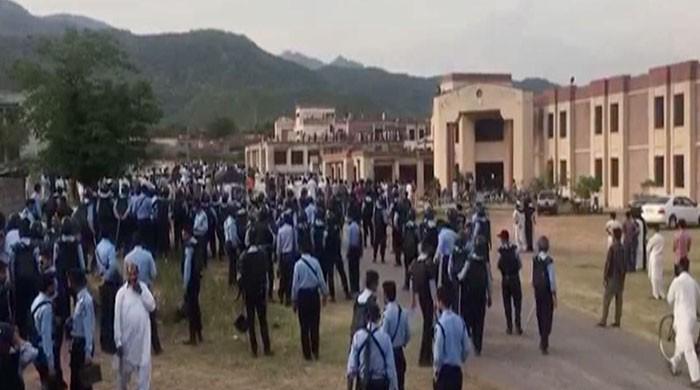 At least 30 injured in clash at Quaid-i-Azam University