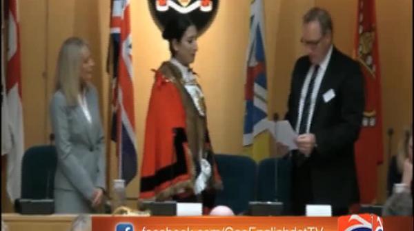 پاکستانی برطانوی سوفیا چوہدری برطانیہ کی ہمپشائر کاؤنٹی میں سب سے کم عمر میئر بن گئی
