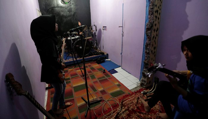 (L-R) Firdda Kurnia, Euis Siti Aisyah, and Widi Rahmawati, members of the heavy metal band Voice of Baceprot, practice at a studio in Garut, Indonesia, May 14, 2017. REUTERS/Yuddy Cahya