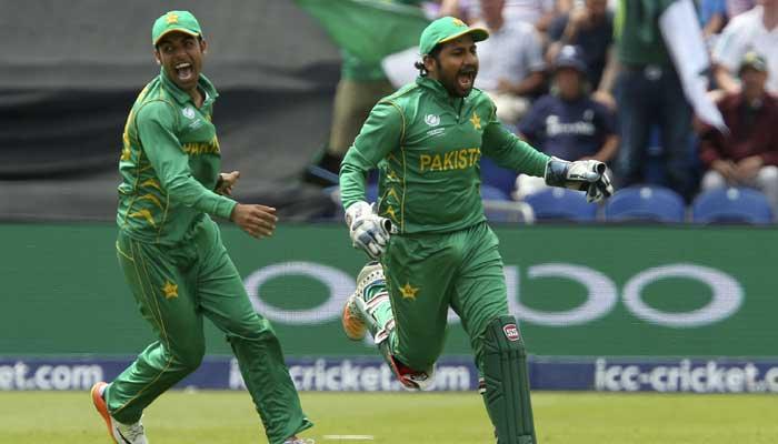 Sarfraz Ahmed (R) celebrates with Pakistan´s Shoaib Malik