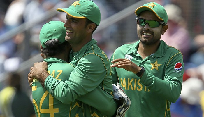 Fakhar Zaman (C) celebrates with Pakistan´s Sarfraz Ahmed (L) the wicket of England´s Moeen Ali during the ICC Champions Trophy semi-final cricket match - AFP