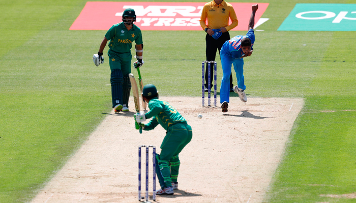India´s Bhuvneshwar Kumar (R) bowls to Pakistan´s Fakhar Zaman