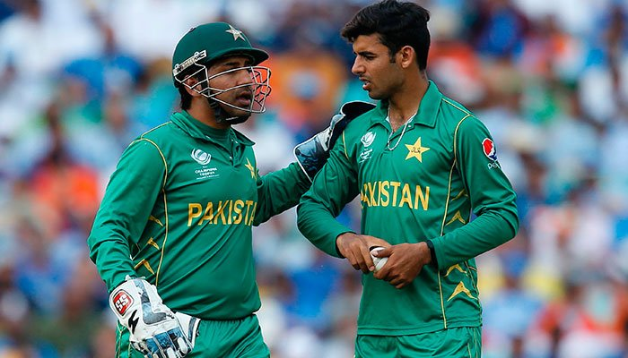 Sarfraz Ahmed (L) speaks with Pakistan´s Shadab Khan (R) during the ICC Champions Trophy final cricket match between India and Pakistan at The Oval in London on June 18, 2017.—AFP photo