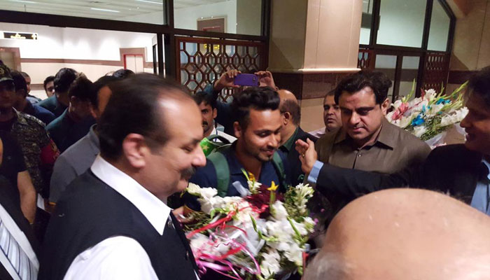 Fahim Ashraf received by fans at the airport/PCB