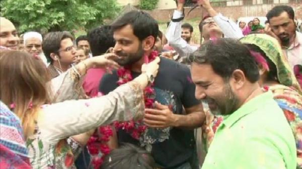 Hafeez returns home amid cheers from fans