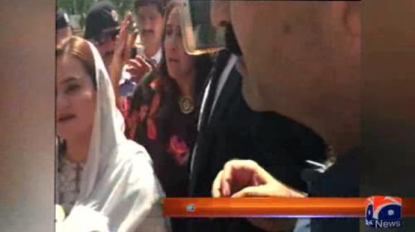 PTI leader's altercation with Marriyum Aurangzeb