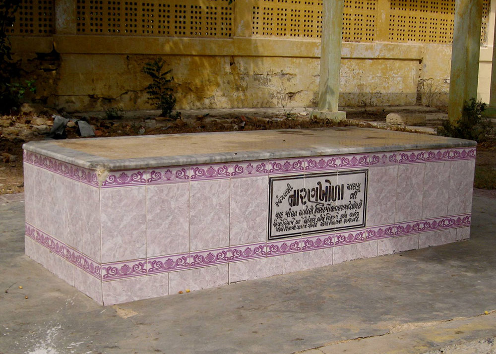 Some graves are marked by tombs similar to those found in Muslim graveyards