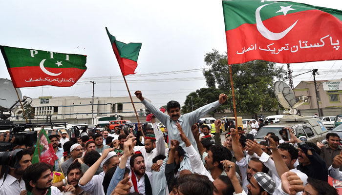 Activists of Pakistan Tehreek-e-Insaf party gather to celebrate the Supreme Court (SC) decision against Prime Minister Nawaz Sharif, in Peshawar on July 28, 2017/ AFP