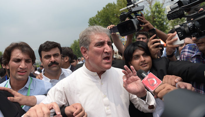 Opposition leader Shah Mehmood Qureshi (C) of the Pakistan Tehreek-i-Insaf (PTI) party leaves after a Supreme Court verdict against Prime Minister Nawaz Sharif outside the court in Islamabad on July 28, 2017/ AFP