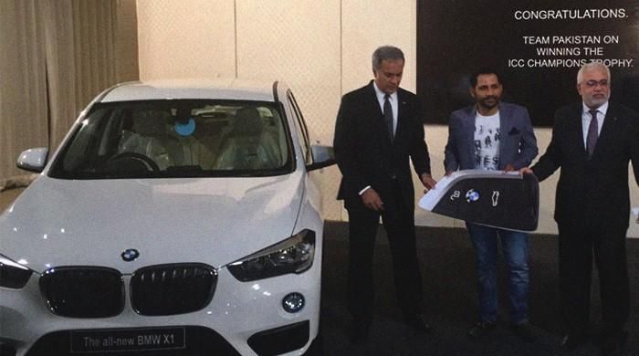 Sarfraz handed keys to BMW won on 'Geo Khelo Pakistan'