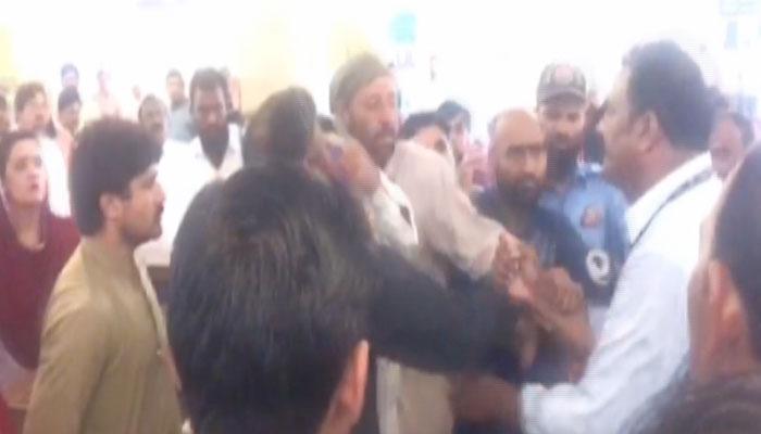 geo news team manhandled by yda members in lahore | pakistan - geo.tv - Mobile Tv Geo News
