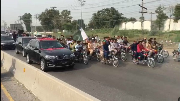 Supporters join PML-N rally on their way to Lahore