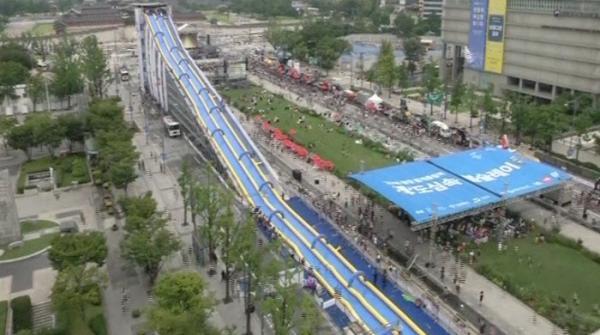 تین سو میٹر کی طویل واٹر سلائڈ