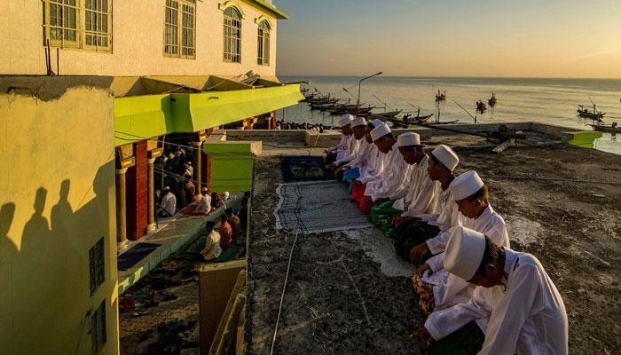 Indonesians attend Eid-ul-Azha prayers in Surabaya, East Java province on September 1, 2017/AFP