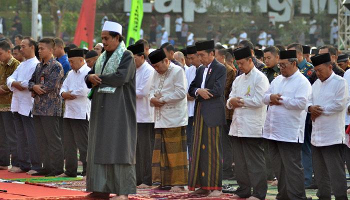 Indonesia´s President Joko Widodo (4th R) attending Eid-ul-Azha prayers in Sukabumi, West Java province, September 1, 2017/AFP/Indonesian Presidential Palace