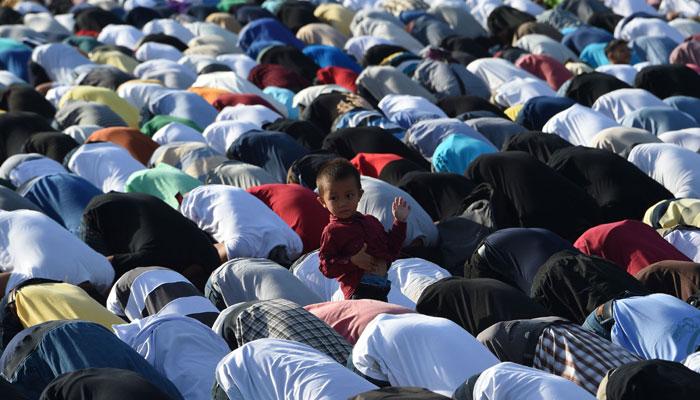 Filipino Muslims attend Eid-ul-Azha prayers at a park in Manila on September 1, 2017/AFP
