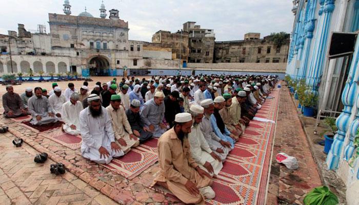 Muslims attend the Eid-ul-Azha prayer at a mosque in Rawalpindi, Pakistan September 2, 2017/REUTERS