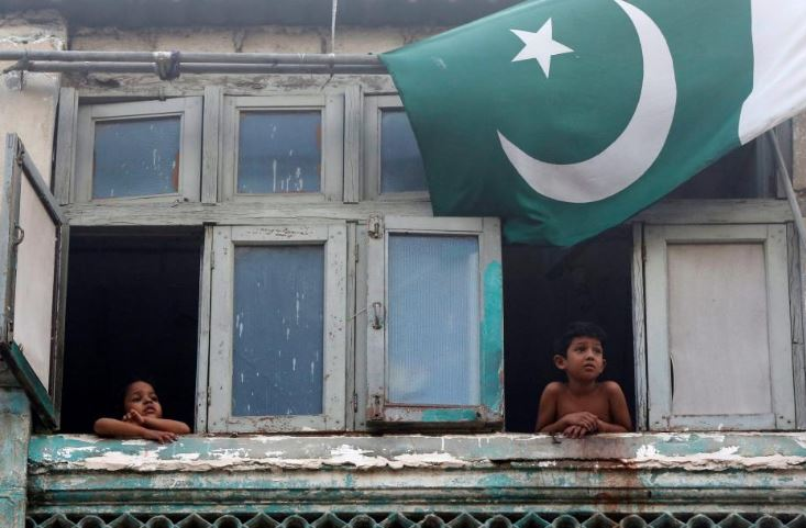 Children look at a sacrifice slaughter from the window of their house during Eid-ul-Azha celebrations in Karachi, Pakistan, September 2, 2017/REUTERS