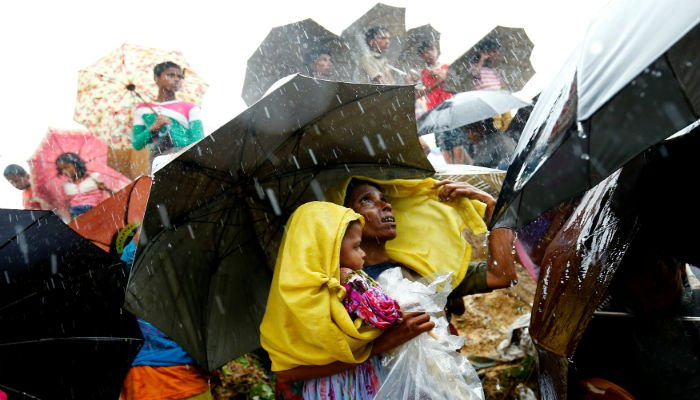 Rohingya refugees wait for aid packages during rain in Cox´s Bazar, Bangladesh, September 17, 2017. PHOTO: REUTERS