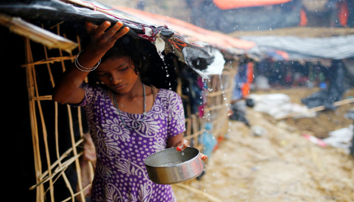 A Rohingya refugee girl collects rain water at a makeshift camp in Cox´s Bazar, Bangladesh, September 17, 2017. PHOTO: REUTERS