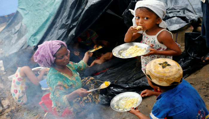 Rohingya refugees have their breakfast in Kutupalang Makeshift Refugee Camp in Cox´s Bazar, Bangladesh, September 17, 2017.  PHOTO: REUTERS