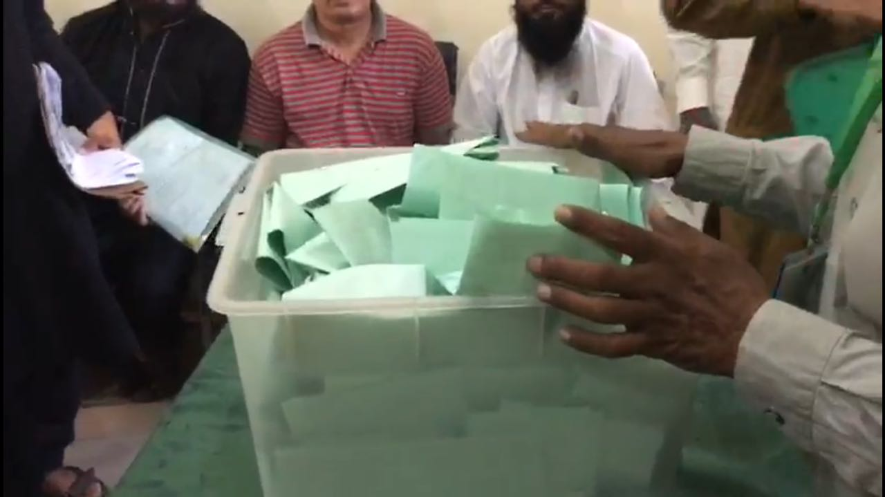 Counting of votes begins at a polling stations in NA-120  Photo: Geo News