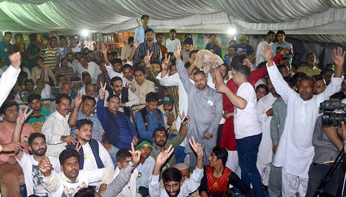 Supporters of Pakistan Muslim League-Nawaz in Muzang showing a hand gesture for victory during by-elections in NA-120 constituency - Online