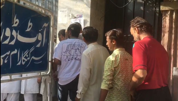 Voters in a que to cast their votes. Photo: Geo News