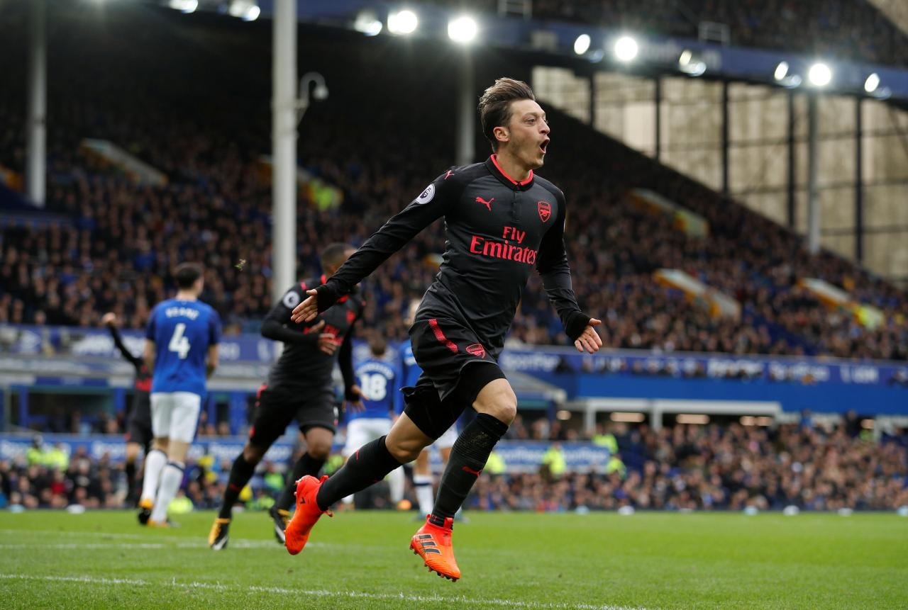 Koeman on the brink as Arsenal thrashes Everton