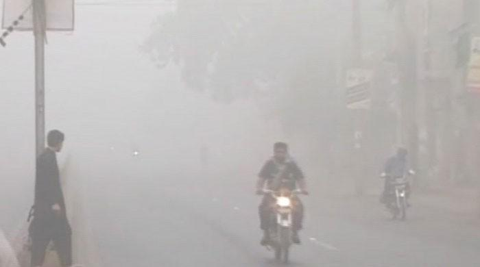 Low visibility, health hazard as smog chokes Lahore