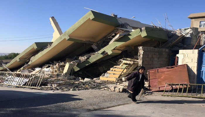 A man walks past a damaged building following an earthquake in Darbandikhan in Sulaimaniya Governorate, Iraq. Photo: Reuters