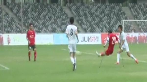 Inspirational one-legged football 'king' melts Chinese hearts