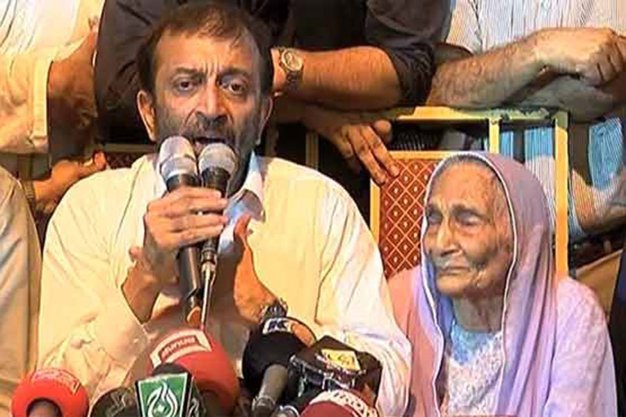 MQM-P Farooq Sattar flanked by his mother, after taking back decision to resign – screengrab
