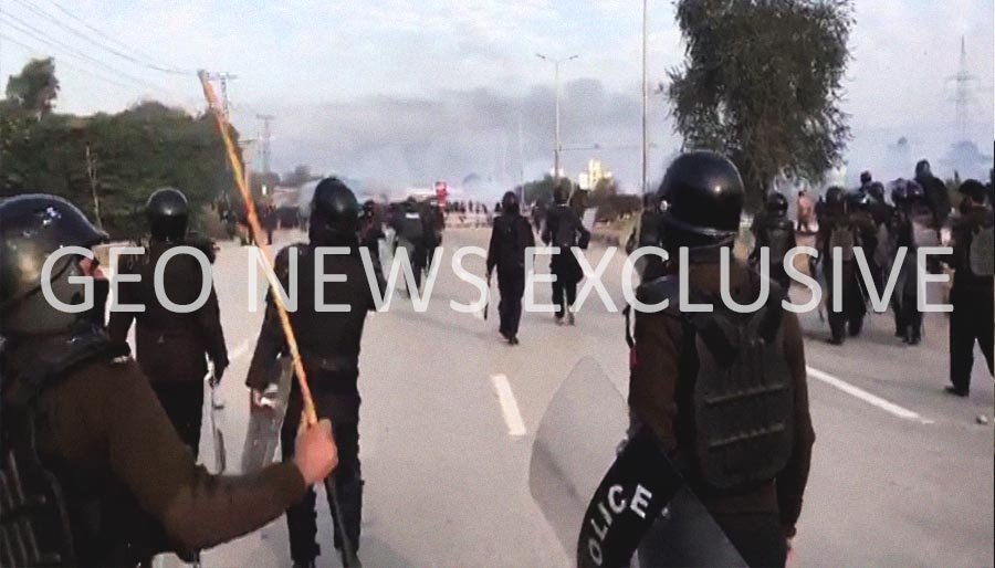 Officers of the police, Rangers, and FC while conducting an operation against protesters at Faizabad Interchange, Islamabad, Pakistan, November 25, 2017. Geo.tv via Geo News