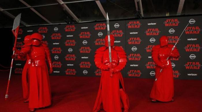 'The Last Jedi' cruises toward $200 million domestic debut