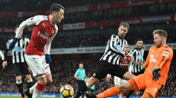 Ozil gem gets Arsenal back on track