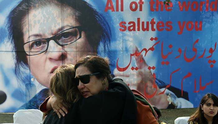 Pakistani colleagues of lawyer and rights advocate Asma Jahangir mourn during her funeral in Lahore on February 13, 2018 - AFP